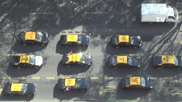sonando sus bocinas y ondeando banderas chilenas miles de taxistas chilenos protestaron el lunes por el centro de santiago contra la denominada ley... - sindicatos stock videos & royalty-free footage