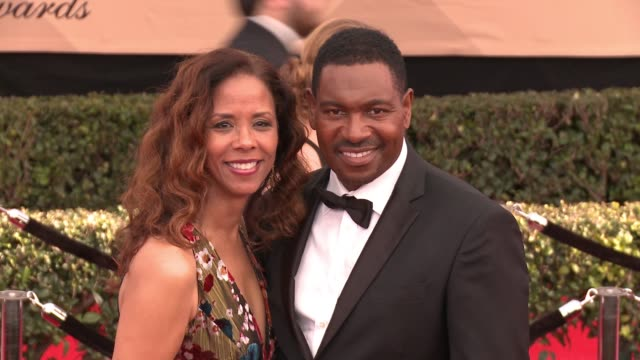 sondra spriggs and mykelti williamson at 23rd annual screen actors guild awards - arrivals at the shrine expo hall on january 29, 2017 in los... - ミケルティ ウィリアムソン点の映像素材/bロール