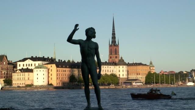 vídeos y material grabado en eventos de stock de a song statue stands beside the riddarfjärden in stockholm, sweden. - pasear en coche sin destino
