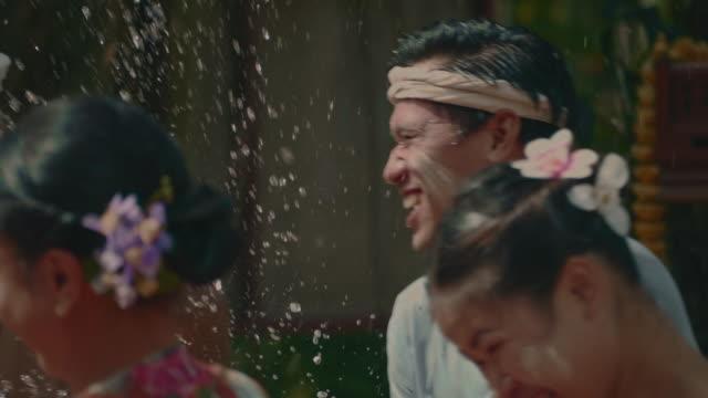 songkran day : thai wasserfest - entwicklungsland stock-videos und b-roll-filmmaterial