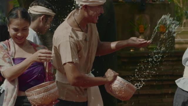 vídeos de stock, filmes e b-roll de dia de songkran : festival da água - arcaico