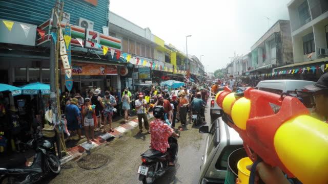vídeos de stock, filmes e b-roll de songkran festival ou festival da água tailandês, ou ano novo, chiang mai, tailândia. - província de chiang mai