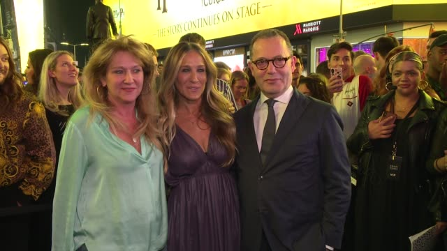 """vidéos et rushes de sonia friedman, sarah jessica parker and colin callender at """"harry potter and the cursed child"""" times square takeover at times square on september... - harry potter titre d'œuvre"""