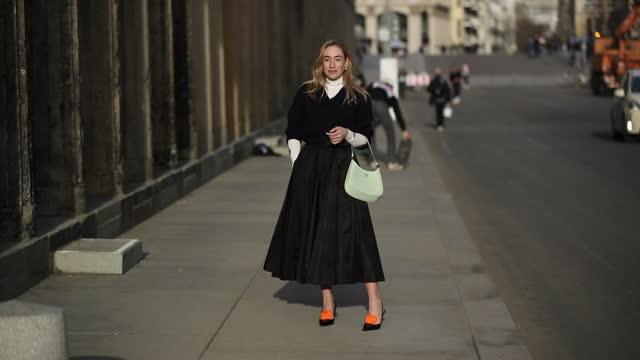 vídeos y material grabado en eventos de stock de sonia lyson is seen wearing prada: black skirt, belt, white top, jumper and heels on february 24, 2021 in berlin, germany. - falda