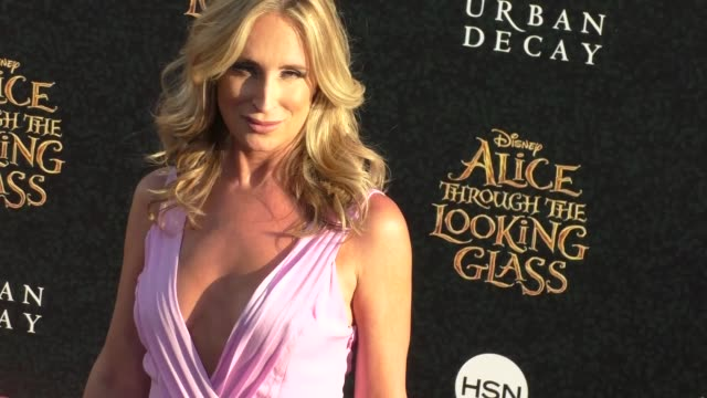 sonja morgan at the premiere of disney's alice through the looking glass at el capitan theatre in hollywood celebrity sightings on may 23 2016 in los... - el capitan theatre bildbanksvideor och videomaterial från bakom kulisserna