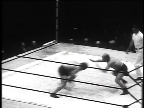 sonnenberg and zarynoff fighting during professional wrestling title match / boston, massachusetts, usa - ガス ソネンバーグ点の映像素材/bロール