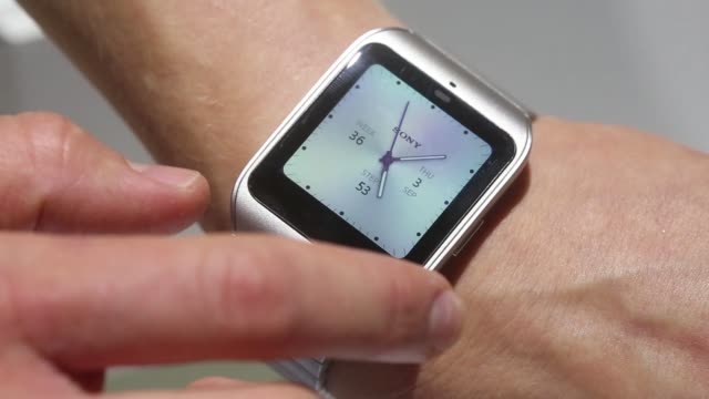 vidéos et rushes de sony corp. smartwatch 3 wearable device is displayed at the sony exhibition stand during previews at the ifa international consumer electronics show... - montre intelligente