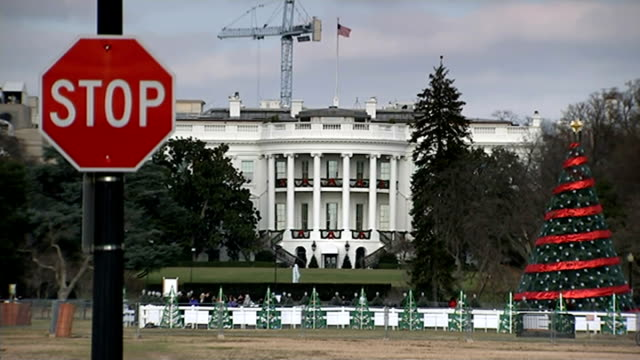 links hack to north korea as barack obama says sony pictures 'made a mistake'; usa: washington: ext general view of white house with christmas... - made in usa点の映像素材/bロール