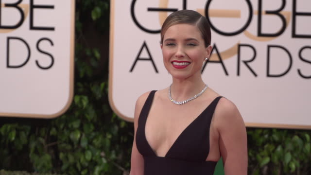 sophia bush at 73rd annual golden globe awards - arrivals at the beverly hilton hotel on january 10, 2016 in beverly hills, california. 4k available... - the beverly hilton hotel点の映像素材/bロール