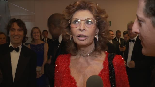 vídeos de stock, filmes e b-roll de interview sophia loren on the importance of family and her beauty secrets sophia loren's 80th birthday celebration on september 20 2014 in mexico... - méxico central