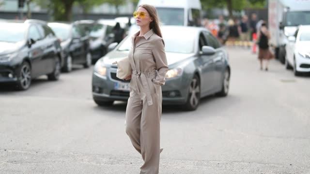 vídeos y material grabado en eventos de stock de sophia roe wearing an overall during the copenhagen fashion week spring/summer 2019 on august 7, 2018 in copenhagen, denmark. - copenhague