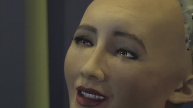 Sophia una robot que parece humana fue la principal atraccion de la conferencia organizada por la ONU en Ginebra sobre los beneficios de la...