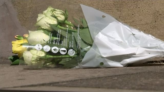 founding member of boyzone gives evidence in trial; r220917003 / 22.9.2017 southfields: close shot of floral tribute on pavement - pavement点の映像素材/bロール