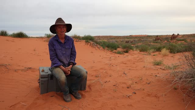 vídeos de stock e filmes b-roll de sophie matterson speaks about her experience when she first found out about covid-19 on may 21, 2021 near oodnadatta, australia. 32-year-old sophie... - encontrar