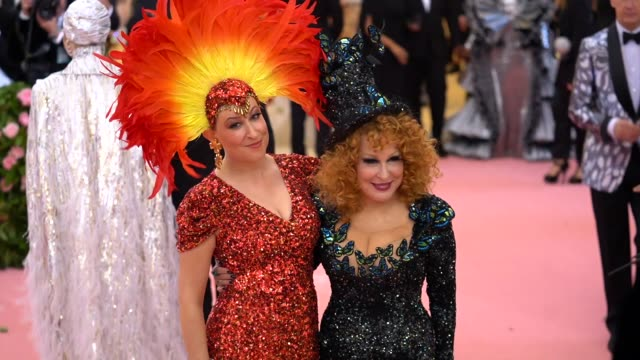 vidéos et rushes de sophie von haselberg and bette midler at the 2019 met gala celebrating camp notes on fashion arrivals at metropolitan museum of art on may 06 2019 in... - bette midler