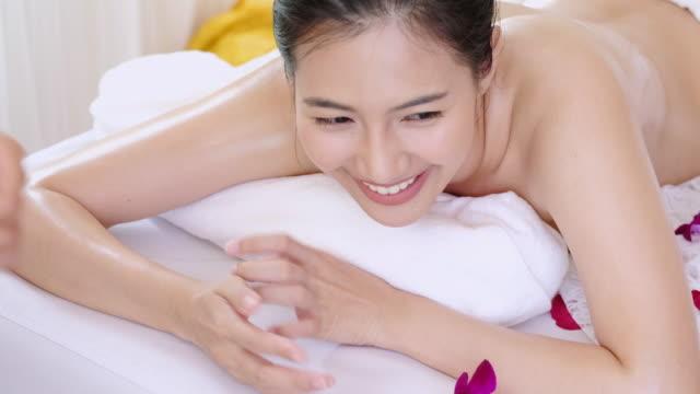 stockvideo's en b-roll-footage met geavanceerde kuur en massage voor ontspanning. - masseren