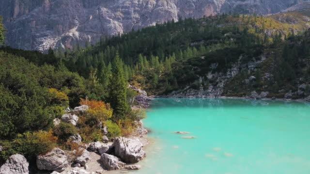 stockvideo's en b-roll-footage met sorapis lake, dolomieten, italië - verwonderingsdrang