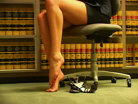 vídeos de stock e filmes b-roll de sore feet - saia