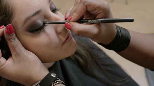 vídeos y material grabado en eventos de stock de sorenza salon - sombreador de ojos