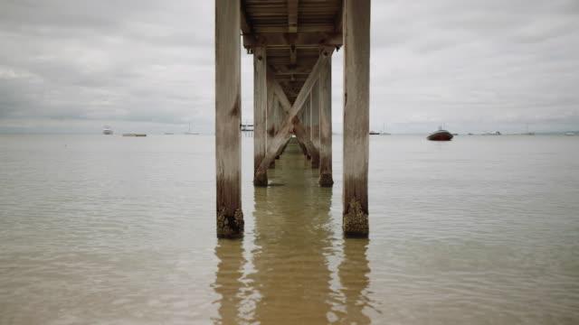 sorrento bay, mornington peninsula under a pier, victoria, australia - ankrad bildbanksvideor och videomaterial från bakom kulisserna