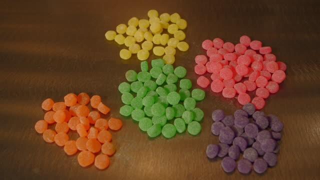 vidéos et rushes de sorting candy by color - groupe d'objets