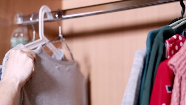 依顏色分揀衣物 - 成衣 衣服 個影片檔及 b 捲影像