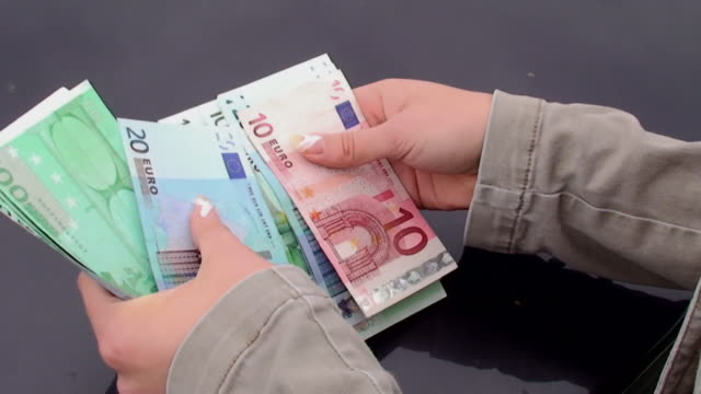stockvideo's en b-roll-footage met sorting money - tien euro