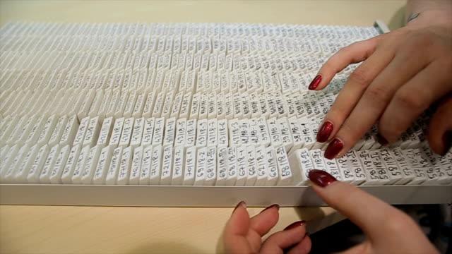 vídeos y material grabado en eventos de stock de clasificación de las muestras de tejido para el archivo en el laboratorio de patología - patólogo