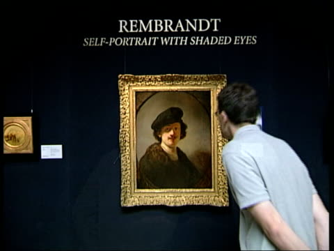 vídeos y material grabado en eventos de stock de sothebys: cms newly restored painting 'self-portrait with shaded eyes' by rembrandt rembrandt self-potrrait carried along & placed on stand by... - restaurar