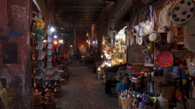vídeos de stock e filmes b-roll de souks in the medina of marrakesh - marrocos