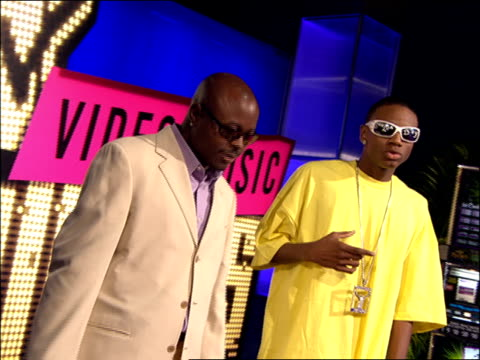 soulja boy walking and posing on the 2007 mtv video music awards red carpet. - 2007 bildbanksvideor och videomaterial från bakom kulisserna
