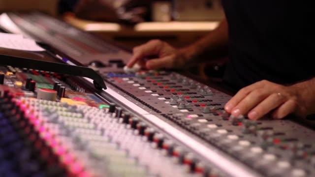 vidéos et rushes de sound desk, pull focus as engineer works 2 - studio de travail