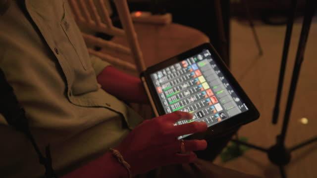 ナイトクラブでオーディオミックスを使用してサウンドエンジニアハンド - 撮影現場点の映像素材/bロール