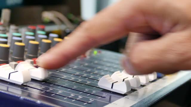 vidéos et rushes de son mélange de bureau - poste de radio