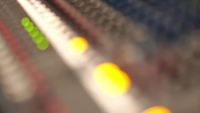 ljud blandande skrivbord - radio och tv utsändning bildbanksvideor och videomaterial från bakom kulisserna