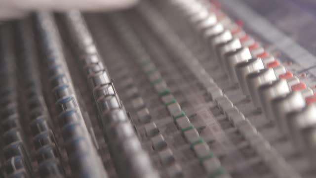 vídeos y material grabado en eventos de stock de técnico de sonido - dial