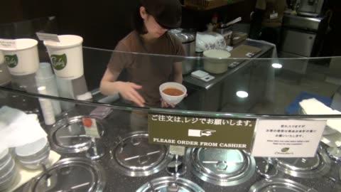 vídeos y material grabado en eventos de stock de soup counter at grocery store in tokyo - cucharón