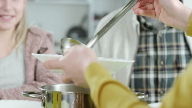 suppe zum mittagessen - tisch stock-videos und b-roll-filmmaterial