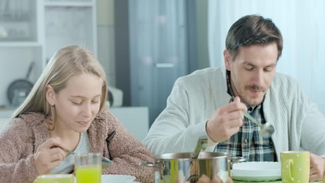 zuppa per pranzo - zuppa video stock e b–roll