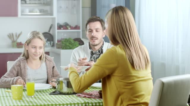 stockvideo's en b-roll-footage met soep voor de lunch - dining room