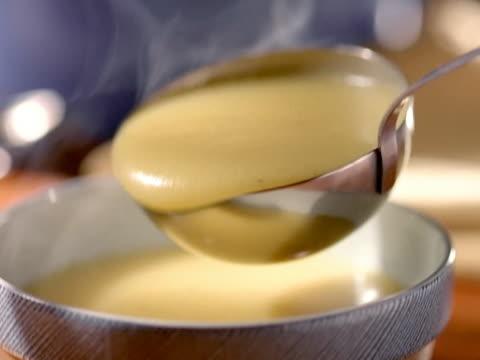 スープ spoon.cucharon sirve -sopa - スープ点の映像素材/bロール