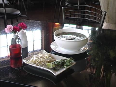 vídeos de stock e filmes b-roll de sopas da ásia - alimento básico