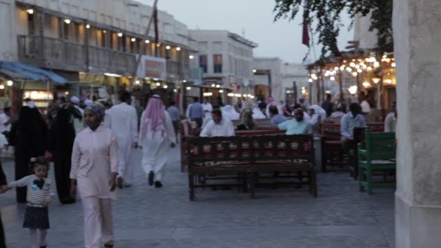 souq waqif, street scene, doha, qatar, middle east - ad dawhah stock-videos und b-roll-filmmaterial