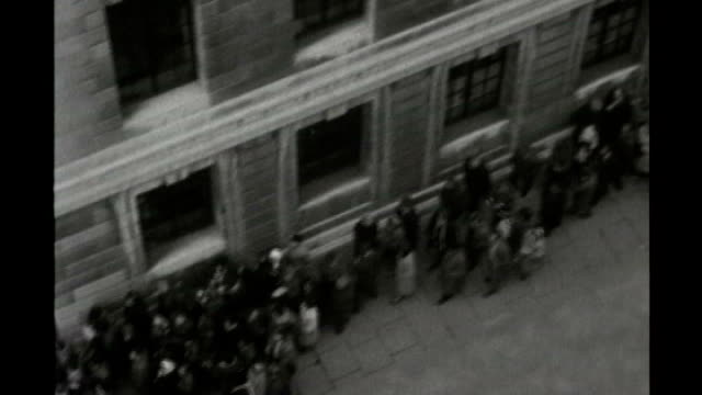 vidéos et rushes de s17010801 england london ext b/w footage air view of queue of people outside st pancras town hall waiting to be vaccinated during an outbreak of... - épidémie