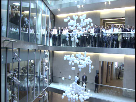 vídeos de stock, filmes e b-roll de source sculpture balls move up and down at new building opening as london stock exchange staff and queen elizabeth look on london 27 jul 04 - bolsa de valores de londres
