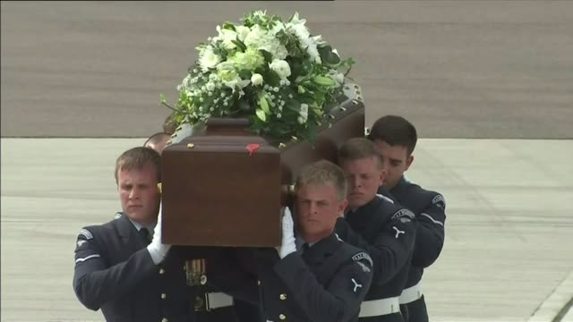 bodies of british victims flown home coffin of stephen mellor carried on shoulders of soldiers - 武力攻撃点の映像素材/bロール