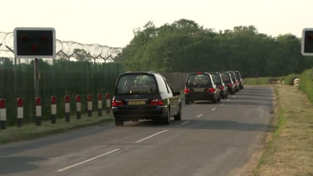 vidéos et rushes de bodies of british victims flown home england oxfordshire raf brize norton ext hearses carrying bodies of eight british victims of sousse beach... - oxfordshire