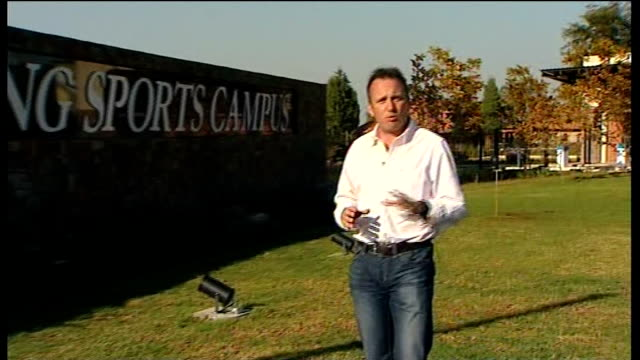 south africa 2010 world cup: england squad arrive at training camp; reporter to camera lucky gustav directing operations in preparation for 2010... - internationaler fußball stock-videos und b-roll-filmmaterial