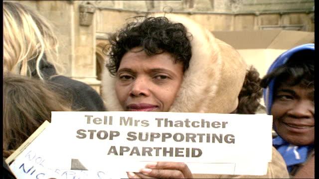 anti-apartheid rally in london; england: london: westminster: central hall: int rt rev simon barrington-ward introducing labour leader neil kinnock... - neil simon bildbanksvideor och videomaterial från bakom kulisserna