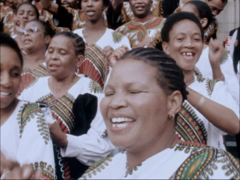 vídeos de stock e filmes b-roll de south african choir from soweto booed at st paul's cathedral recital choir singing on steps of st paul's cathedral sot / - soweto